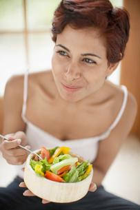 Woman eating saladの写真素材 [FYI02953676]