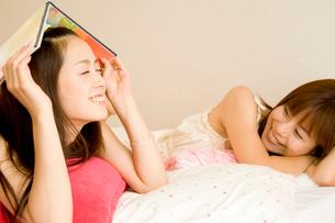 寝そべってくつろぐ2人の20代日本人女性の写真素材 [FYI02953840]