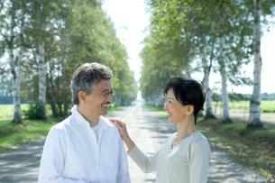 笑顔のシニア夫婦の写真素材 [FYI02953843]