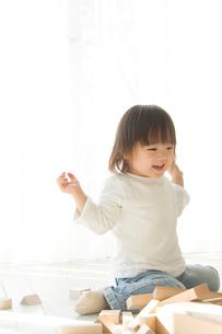 窓際で積み木をする日本人の娘の写真素材 [FYI02953844]