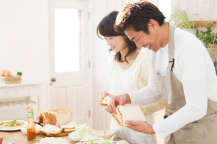 料理を作る日本人の夫婦の写真素材 [FYI02953854]