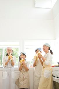 バナナを食べる日本人の女の子達の写真素材 [FYI02953857]