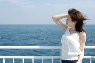 フェリーの甲板に立つ20代日本人女性の写真素材 [FYI02953876]