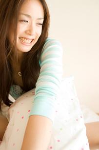 クッションを抱える20代日本人女性の写真素材 [FYI02953913]