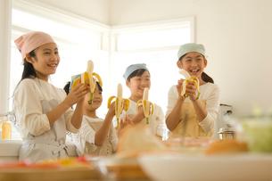 キッチンでバナナを食べる日本人の子供たちの写真素材 [FYI02953916]