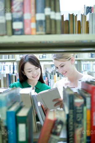 図書室で本を読む女子学生の写真素材 [FYI02953943]