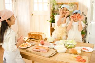 キッチンで料理をする日本人の女の子たちの写真素材 [FYI02954006]
