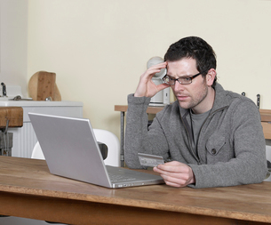 Man Shopping Onlineの写真素材 [FYI02954010]