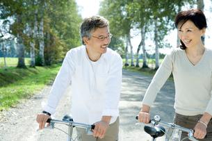 自転車をおすシニア夫婦の写真素材 [FYI02954045]