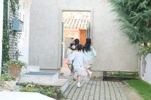 屋外で遊ぶ日本人の女の子達の写真素材 [FYI02954205]