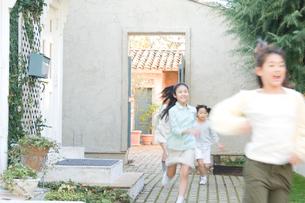 屋外で遊ぶ日本人の女の子達の写真素材 [FYI02954214]