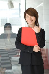 書類を持つ20代日本人女性の写真素材 [FYI02954237]
