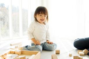 窓際で母親と積み木をする日本人の娘の写真素材 [FYI02954260]