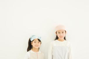 壁際に立つ日本人の女の子2人の写真素材 [FYI02954450]
