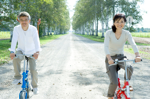 自転車に乗るシニア夫婦の写真素材 [FYI02954525]