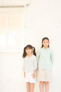 壁際に立つ日本人の女の子2人の写真素材 [FYI02954557]