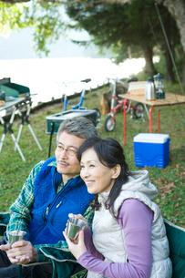 キャンプをするシニア夫婦の写真素材 [FYI02954591]