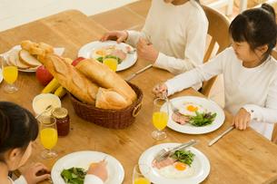 食事をする日本人の女の子たちの写真素材 [FYI02954616]