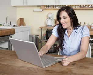Woman Shopping Onlineの写真素材 [FYI02954661]