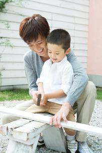 日曜大工をする父と息子の写真素材 [FYI02954674]