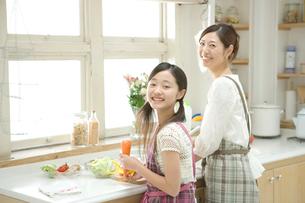 料理をする母と娘の写真素材 [FYI02954704]