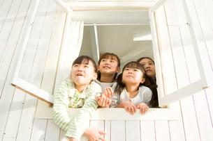 窓から顔を出す日本人の女の子達の写真素材 [FYI02954730]