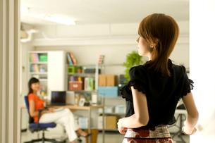 オフィスで仕事をする2人の20代日本人女性の写真素材 [FYI02954777]