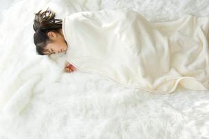 窓辺で眠る日本人の女の子の写真素材 [FYI02954789]