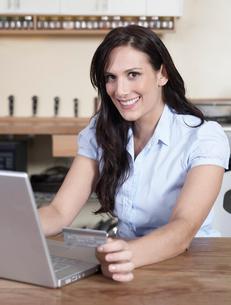 Woman Shopping Onlineの写真素材 [FYI02954869]