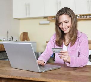 Woman Shopping Onlineの写真素材 [FYI02954889]