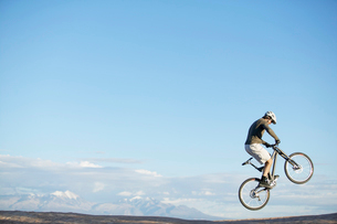Man jumping with mountain bikeの写真素材 [FYI02954956]