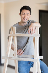 Young Chinese man working on home renovationの写真素材 [FYI02955209]