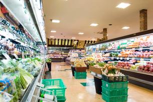 スーパーマーケット店内の写真素材 [FYI02955379]