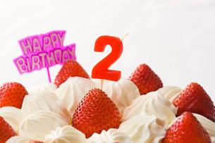 2歳の誕生日ケーキの写真素材 [FYI02955668]