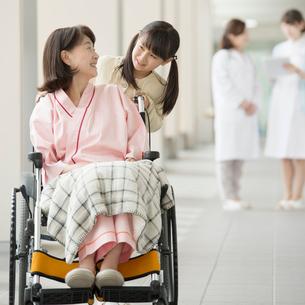 祖母の車椅子を押す女の子の写真素材 [FYI02956327]