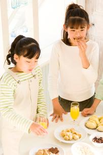 おやつを食べる日本人の女の子たちの写真素材 [FYI02956416]