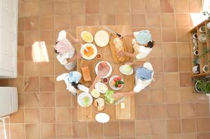 料理中の日本人の女の子達の写真素材 [FYI02956424]