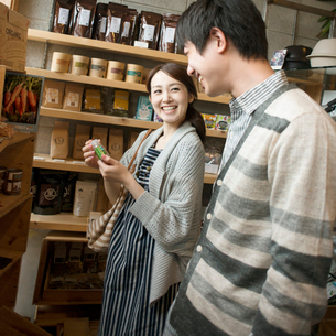 雑貨屋で買い物をするカップルの写真素材 [FYI02956583]