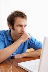 Mid adult man using laptopの写真素材 [FYI02956606]