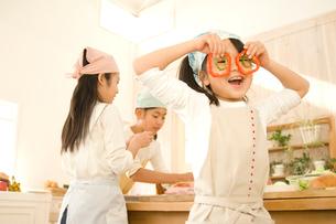 キッチンで料理をする日本人の女の子たちの写真素材 [FYI02956744]