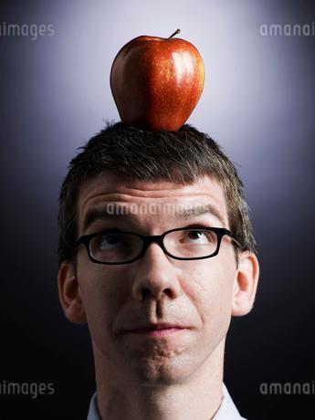 Apple on Mid-Adult Man's Headの写真素材 [FYI02956817]