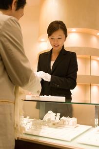接客をする女性店員の写真素材 [FYI02957323]