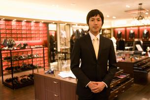 紳士服売り場の男性店員の写真素材 [FYI02957488]