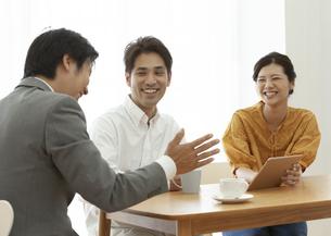 ビジネスマンの説明を聞く夫婦の写真素材 [FYI02957577]