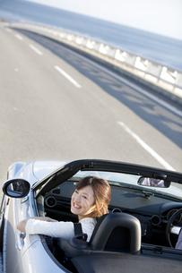 オープンカーに乗っている女性の写真素材 [FYI02957586]