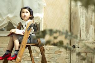 脚立に座る女の子の写真素材 [FYI02957590]