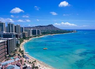 ワイキキビーチとダイアモンドヘッド ハワイの写真素材 [FYI02957677]