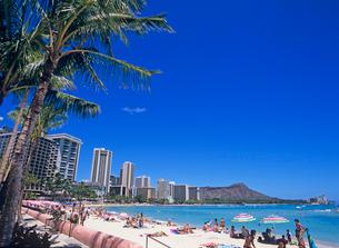 ワイキキビーチとダイアモンドヘッド ハワイの写真素材 [FYI02957702]