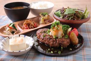 豆腐ひじきヘルシーハンバーグ定食の写真素材 [FYI02957874]