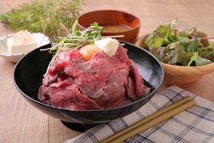 ローストビーフ丼定食の写真素材 [FYI02957879]